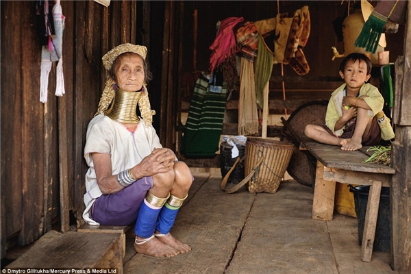 Theoquan niệm của bộ tộcKayan từ thời xa xưa, những chiếcvòng đồng thể hiện sự cao quý và giàu có của gia đình.