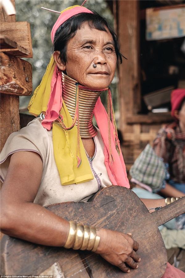Người Kayan tin rằng những chiếc vòng đồng giúp kéo dãn cổ...