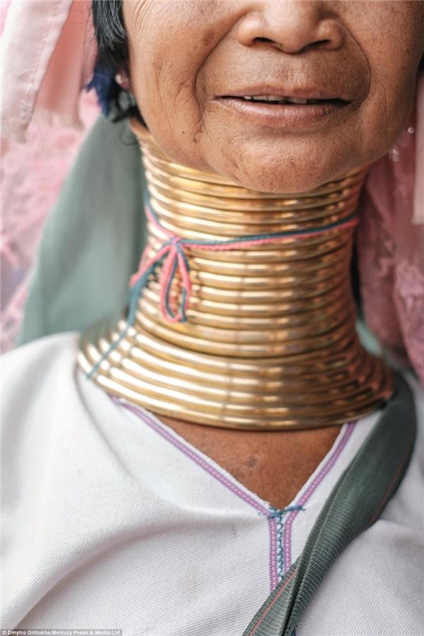 Ngày nay, rất ít dân tộc giữ được truyền thống văn hóa của mình mà không trộn lẫn các yếu tố hiện đại vào.