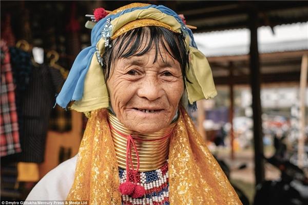 Nhưng người phụ nữ Kayan có lẽ đã làm tốt được điều đó và tự hào trở thành một biểu tượng văn hóa cho dân tộc mình.
