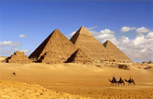 #5 Bạn nghĩ rằng Kim tự tháp nằm trơ trọi giữa bốn bề sa mạc ư? (Ảnh: BuzzFeed)
