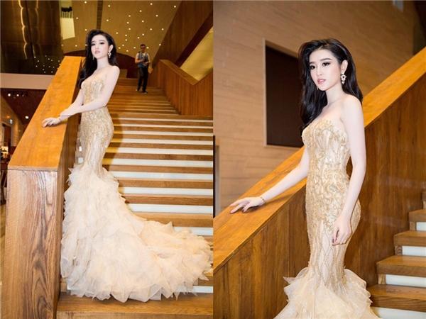 Cách đây khá lâu, Á hậu Việt Nam 2014 Huyền My cũng từng diện một bộ váy có thiết kế tương tự nhưng không có phần cầu vai trễ như của Hoa hậu Mỹ Linh. Với chiều cao, sắc vóc tương đồng, hai mĩ nhân Hà thành đều tỏa sáng.