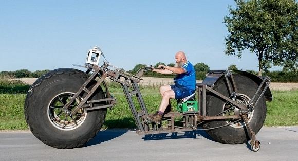 Dose đang cố gắng di chuyển chiếc xe đạp để được sách kỉ lục Guinness công nhận. (Ảnh: internet)