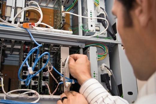 Kĩ sưphần cứng máy tính sẽ nghiên cứu, thiết kế, phát triển và chạy thử hệ thống máy tính và các thành phầnnhư bộ vi xử lí, mạch điện,bộ nhớ, mạng và cầu dẫn. Các kĩ sư sẽ phát triển phần cứng máy tính theo nhiều hướng mới, tạo ra những cải cách và tiến bộ trong công nghệ máy tính.