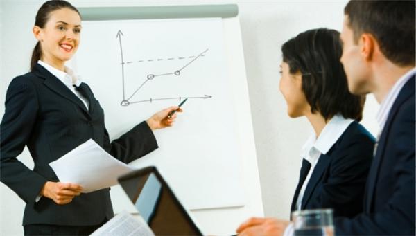Các chuyên viênquản línhân sự lên kế hoạch, chỉ đạo, phối hợp các chức năng hành chính của một tổ chức.Họ giám sát việc tuyển dụng, phỏng vấn và tuyển dụng nhân viên mới,tham khảo ý kiến với giám đốc điều hànhvềchiến lược và làm việcnhư một cầu nối giữatổ chức và cácnhân viên.