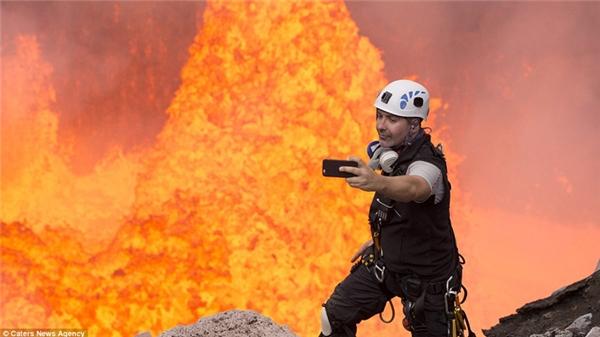 Cho dù núi lửa có phun trào thì cũng phải selfie một tấm trước đã.