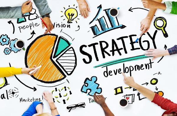 Quản lí marketing lên kế hoạch, chỉ đạohoặc phối hợp các chính sách và chương trìnhmarketing,chẳng hạn như xác định nhu cầu về các sản phẩm và dịch vụ được cung cấp bởi một công ty của họvà cảđối thủ cạnh tranh đểxác định khách hàng tiềm năng.Họ cũng phát triển cácchiến lược giá với mục tiêu tối đa hóa lợi nhuận hoặc thị phần của công ty nhưng vẫn đảm bảokhách hànghài lòng.