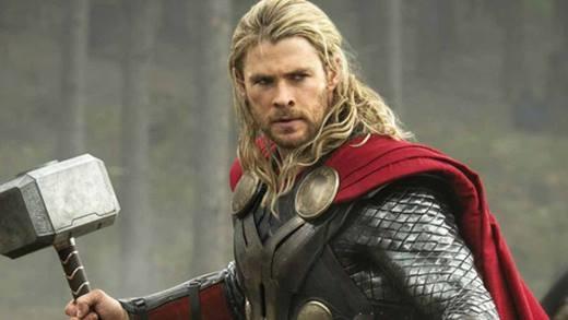 """Ngoài vai diễn Thần Sấm, Chris còn chăm chỉ nhận lời đóng nhiều bộ phim hành động, phiêu lưu khác của Hollywood. Trong năm vừa rồi, khán giả được gặp """"Thor"""" trongHear of Sea, Huntsman: Winter's War, Ghostbuster. Miệt mài đóng phim nên không bất ngờ khi chàng diễn viên điển trai có tài sản đáng nể."""