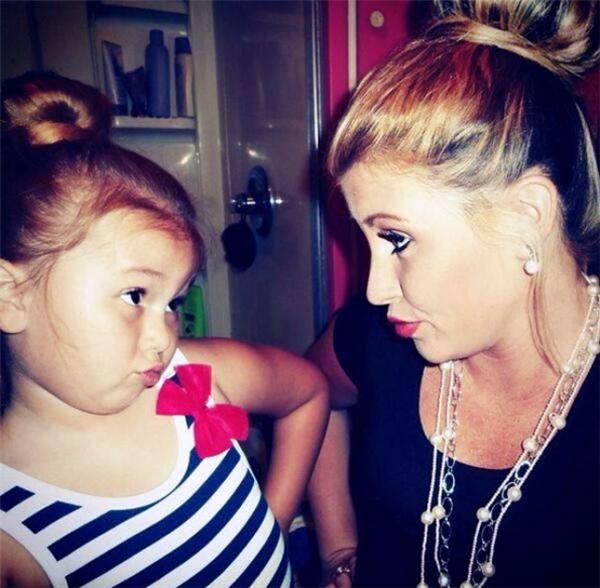 Con gái chính là bản sao hoàn hảo nhất của mẹ không chỉ về nhan sắc mà còn cả về thần thái.