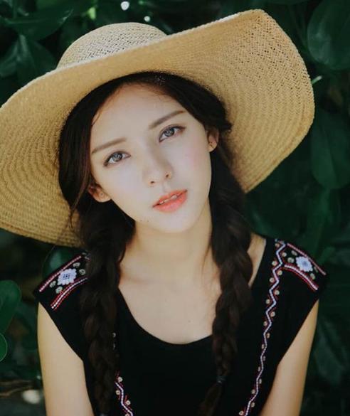 Trương Dư Hi là một diễn viên, người mẫu trẻ được biết đến với vẻ ngoài xinh đẹp mong manh.