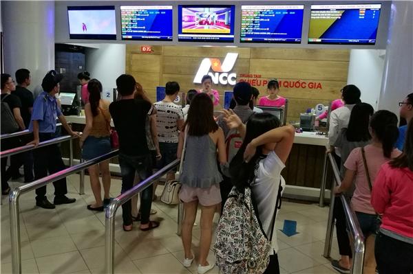 18h10 bắt đầu suất chiếu buổi tối, nhưng các suất chiếu 19h00, 20h10, 21h00 đều đã hết vé. Một số khách hàng không mua được vé đànhquay về.