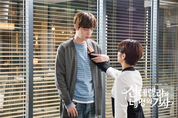 """""""Nếu như em không đổ anh thì em chẳng phải là con gái đâu"""" – có vẻ như anh chàng Kang Hyun Min trong Cinderella and the Four Knights rất tự tin trong chuyện dễ dàng """"cưa đổ"""" phái nữ."""