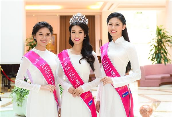 Xuất hiện trong những buổi giao lưu, top 3 Hoa hậu Việt Nam 2016 khiến người đối diện xao xuyến khi diện những tà áo dài trắng thướt tha của nhà thiết kế Thuận Việt. Tất cả đều được thực hiện trên nền chất liệu lụa mềm mại.