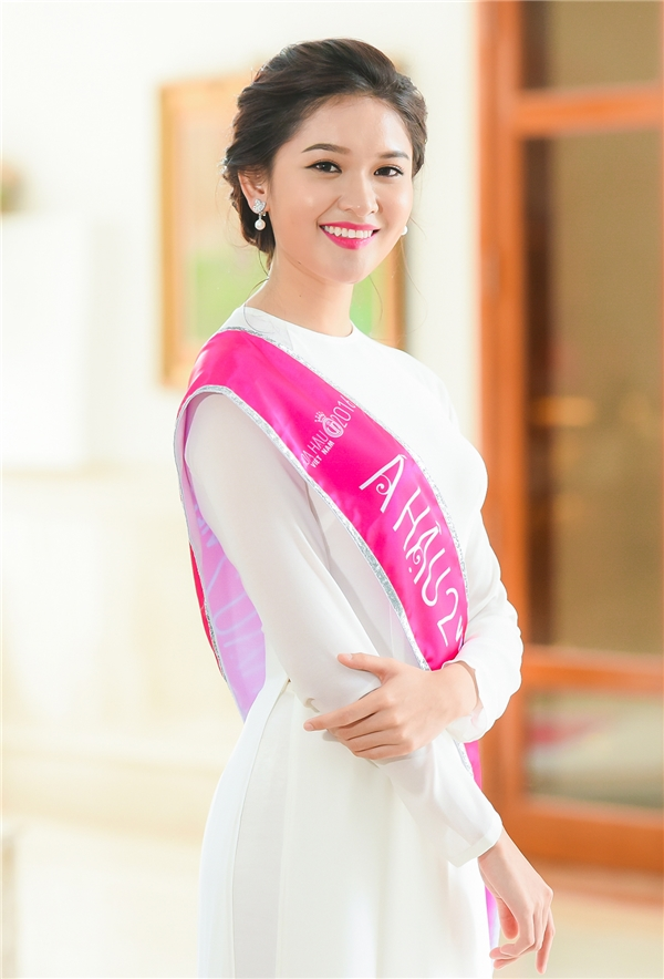 |Với sắc vóc nhỏ nhắn, chiều cao 1m71, thiết kế áo dài cổ tròn tôn lên nét trẻ trung cùng sắc vóc của Á hậu 2 Huỳnh Thị Thùy Dung. Thùy Dung cũng đang là sinh viên của Đại học Ngoại thương.