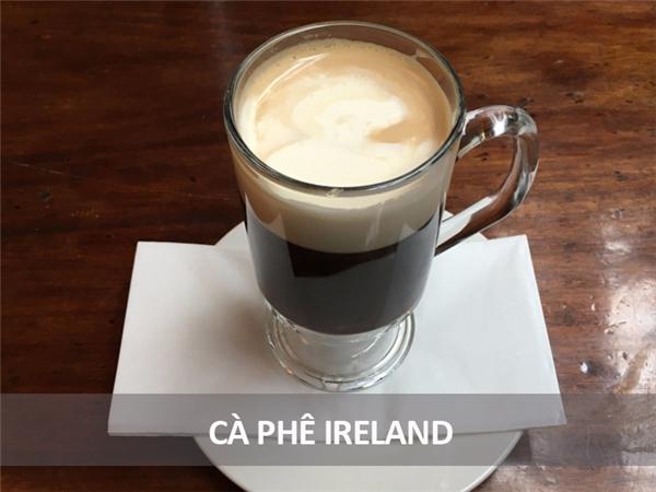 Người Ireland gọi đây là cà phê cốc tai, gồm cà phê nóng pha với whiskey, đường, và bên trên phủ một lớp kem đặc.