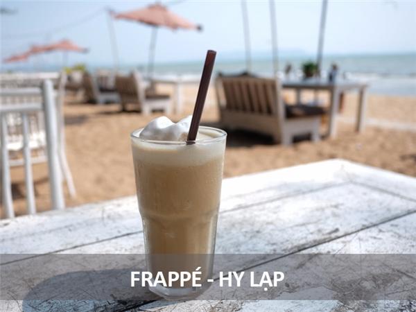 Đây là món đồ uống mùa hè rất phổ biến ở Hy Lạp, ra đời từ năm 1957. Nó gồm cà phê hòa tan pha lẫn với sữa bọt và một chút đá.