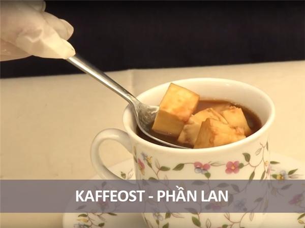 Người Phần Lan có cách thưởng thức cà phê vô cùng khác lạ, đó là đổ cà phê nóng lên những cục phô mai béo ngậy. Cái đăng đắng của cà phê hòa lẫn với cái beo béo của phô mai là một sự kết hợp vô cùng lạ lẫm, nhưng nếu đã thử qua một lần rồi chắc chắn bạn sẽ ghiền.