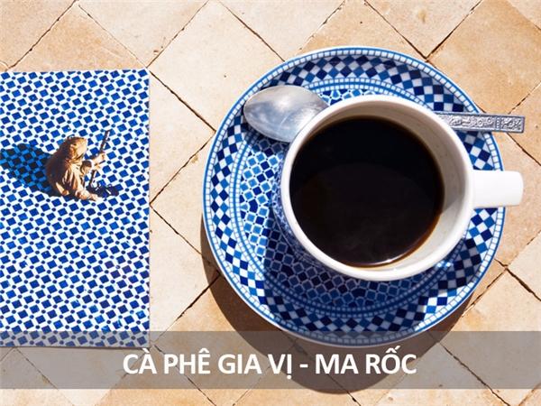Món cà phê thơm lừng này của người Ma-rốc là hỗn hợp gồm cà phê đen và các loại gia vị cay nóng như bạch đậu khấu, tiêu, quế, đinh hương và nhục đậu khấu.