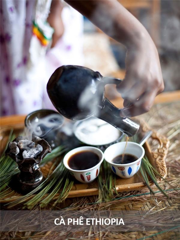 Người Ethiopia có cách thưởng thức cà phê rất kỳ công. Đầu tiên hạt cà phê được rang trên lửa lớn, sau đó được giã nhuyễn bằng chày và cối. Bột cà phê được đem pha với nước, đựng trong một chiếc bình bằng đất nung rồi được đun trên lửa cho sôi. Khi hơi bốc lên, cà phê sẽ được rót ra ly, uống cùng đường hoặc muối cùng một vài món ăn vặt.