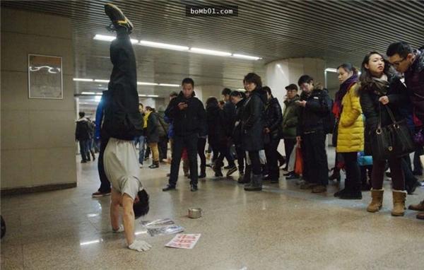 Giờ đây Trương Thượng Vũkiếm miếng ăn qua ngày bằng cách biểu diễn ở các ga tàu và cả trên tàu.