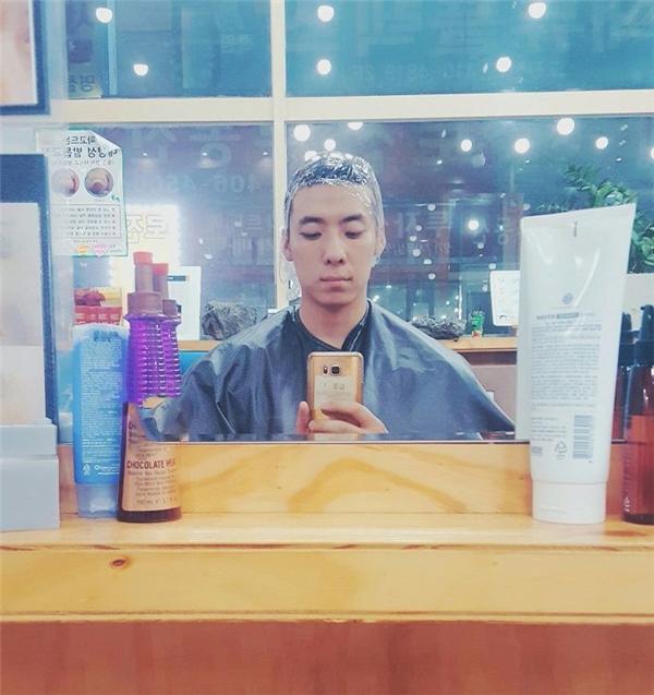 Chàng trai đã chọn mua và sử dụngloại thuốc nhuộm tóc rẻ tiền để tiết kiệm.