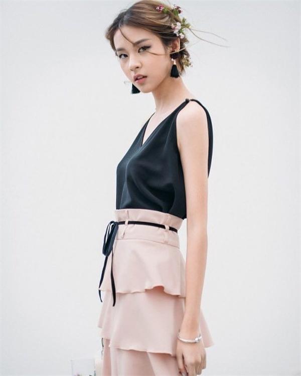 Đừng xem thường cô gái này khi Phí Phương Anh đã có nhiều năm kinh nghiệm chụp lookbook cho các thương hiệu nhỏ tại Hà Nội. Điều này giúp cô gái 18 tuổi tích lũy được nhiều kinh nghiệm quý giá.