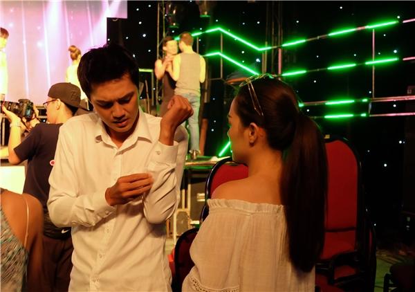 Trước khi lên sân khấu tổng duyệt, Linh Phi không ngại thay áo giúp chồng và cổvũ anh thể hiện tốt phần tập luyện của mình.