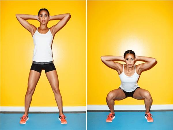 Với bài tập nâng cao, bạn vòng hai tay ra sau đầu, giữ chặt rồi bắt đầu squat.