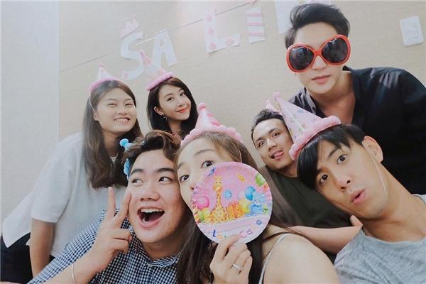 Cặp đôi này còn vui vẻ cùng bạn bèchúc mừng sinh nhật cô bạn thânSalimtại Sài Gòn.(Ảnh: Internet)