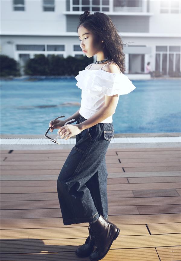 Công thức tương phản tiếp tục được Ju Uyên Nhi ứng dụng với áo trễ vai hợp xu hướng hiện đại, quần denim cổ điển.