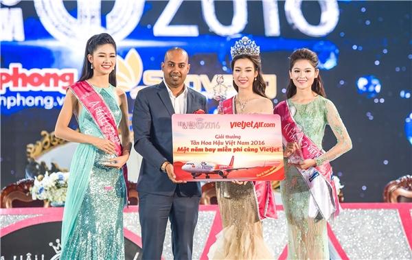 Tân Hoa hậu nhận được giải thưởng một năm bay miễn phícùng hãng hàng không Vietjet.
