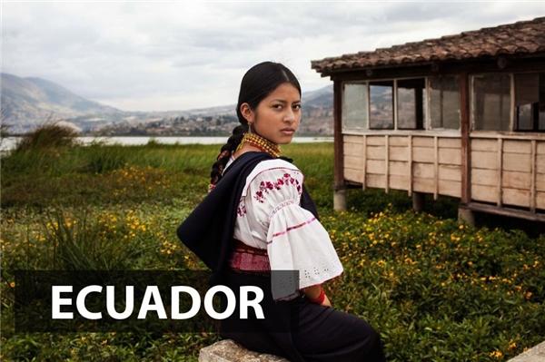 Phụ nữ Ecuador hiền lành, đoan trang trong bộ trang phục truyền thống của dân tộc mình.