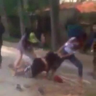 Dù cô gái bị ngã ra nền đất, nhưng nhóm nữ sinh kia vẫn chưa buông tha.