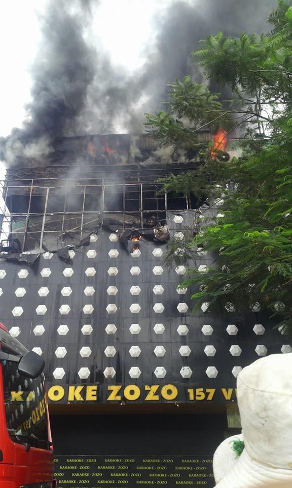 Khoảng16h30 cùng ngày, đám cháy về cơ bản đã được khống chế, không gây ảnh hưởng đếnhộ xung quanh.Ảnh: Hoài Nam  Mặt trước tòa nhà bị thiêu rụi mộtgócsau khi ngọn lửa được dập tắt. Ảnh: Lê Bảo Khang