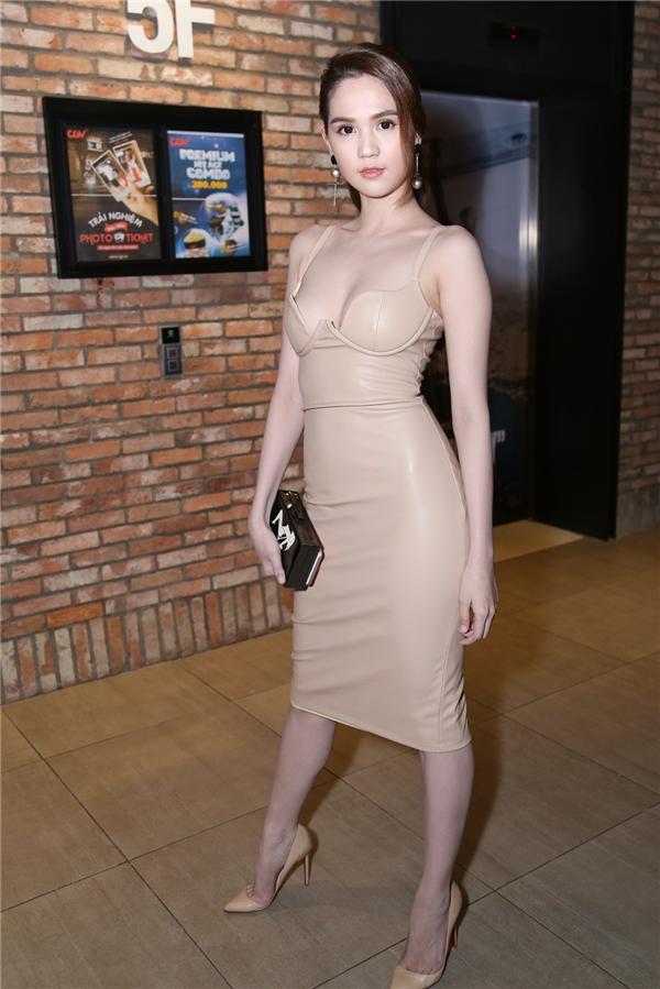 Bộ váy tôn lên vóc dáng cũng như làn da trắng mịn cho Ngọc Trinh.