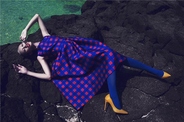 Hằng Nguyễn diện thiết kế có phom xòe cổ điển với sự kết hợp hai tông màu xanh, đỏ tương phản nhau. Giày vàng đi kèm càng giúp tổng thể trở nên bắt mắt, nổi bật hơn.