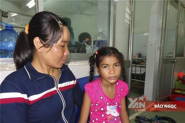 Trước đó, bé Thắm được đưa đến bệnh viện điều trị trong tình trạng có cục bướu lớn ở lưng.