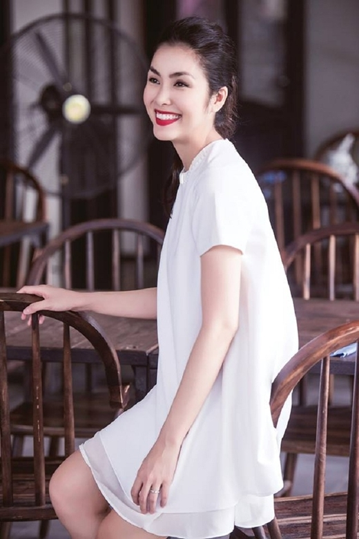 Hà Tăng luôn nổi bật với nụ cười của mình trong bất kì sự kiện nào.