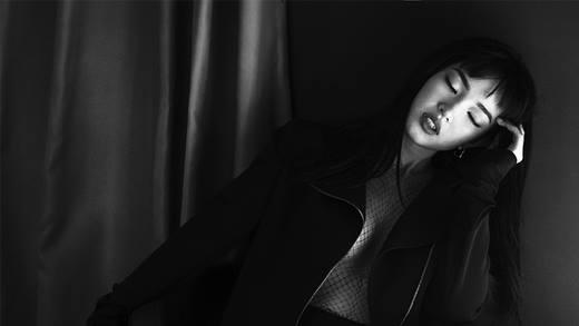 Biểu cảm và thần thái của cô mẫu 19 tuổi này thực sự khiến người ta không thể rời mắt được, dù đây chỉ là những tấm hình đen trắng mà thôi.