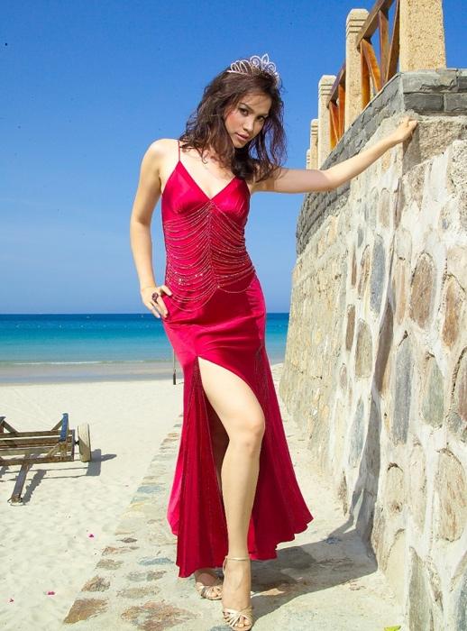Ngọc Khánh đăng quang Hoa hậu Việt Nam 1998 vào năm 22 tuổi khi đang là sinh viên năm thứ 3 của Đại học Luật TP.HCM. Đây cũng chính là Hoa hậu Việt Nam có độ tuổi đăng quang lớn nhất trong 28 năm qua.