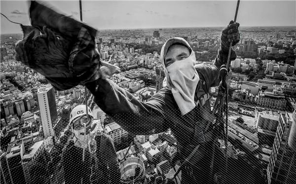 Ảnh 3: Người lau kính trên sợi dây -Huỳnh Dũng