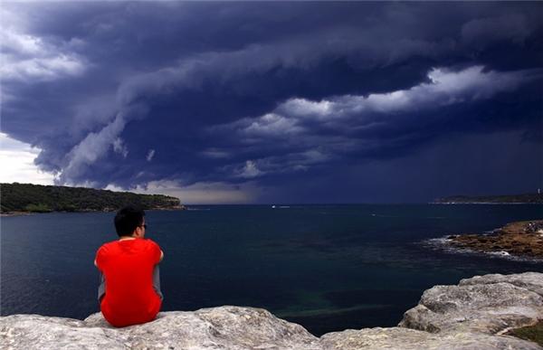 Một du khách đã thích thú chụp ảnh trướckhoảnh khắc kì diệu nàycủa tự nhiên: các đám mây tụ lại tạo thành một vòng tròn khổng lồ trên bầu trời.