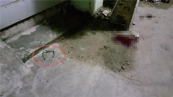 Tại hiện trường, chiếc kính của nạn nhân vẫn nguyên vẹn dưới đất không hề xây xước.(Ảnh: NVCC)