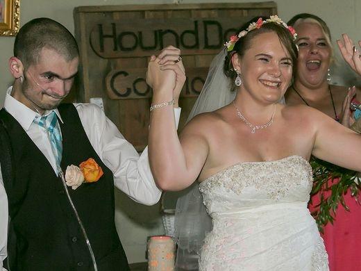 Dẫu sức khỏe yếu, Chris vẫn cố gắng nhảy cùng vợ mình. (Ảnh: USA Today)