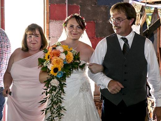 Cô dâu Nicole được cha ruột dắt tay vào lễ đường.(Ảnh: USA Today)