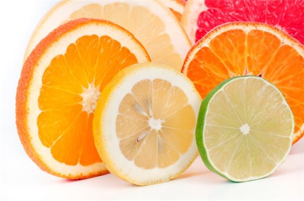 Nhưng thực chất việc tiêm màu thực phẩm không thể giúp quả chanh trở nên sặc sỡ như hình. Đó chỉ có thể là photoshop.