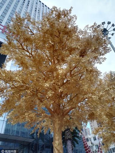Từ thân cây đến cành lá, mọi chi tiết đều phủ lớp vàng ròng lấp lánh một cách cẩn trọng và tỉ mỉ đến từng chi tiết.