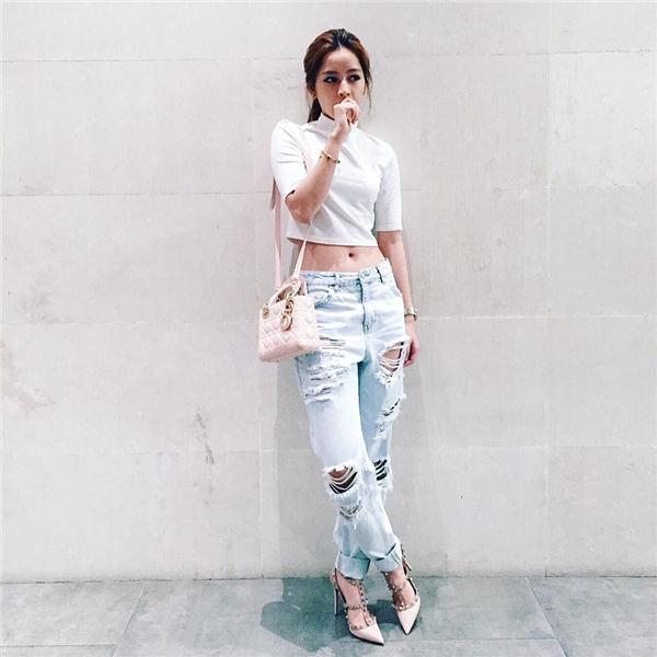 Nữ diễn viên sinh năm 1993 cá tính mà vẫn không kém phần đẳng cấp với áo crop-top mix jeans rách, đi kèm phụ kiện túi Dior và giày Valentino.