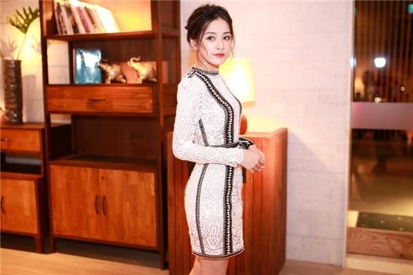 Nữ diễn viên thường xuất hiện với đầm bó sát, khéo léo tôn lên thân hình chữ S gợi cảm.