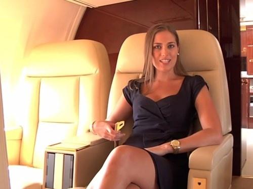 Tỷ phú Donald Trump đã dát vàng chiếc máy bay riêng Boeing 757 bằng vàng 24k, một số vị trí trên máy bay như bồn rửa mặt, khóa dây an toàn cũng hoàn toàn được làm bằng vàng, các nội thất bên trong đâu đâu cũng có logo bằng vàng của gia đình Trump, đặc biệt nhất chính là dòng chữ TRUMP bên ngoài rất lớn bằng vàng 24k.